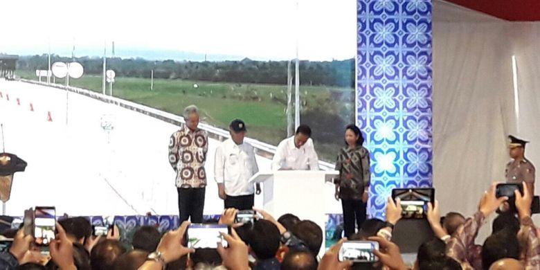 Presiden Joko Widodo didampingi Menteri PUPR Basuki Hadimuljono dan Menteri BUMN Rini Soemarno meresmikan Jalan Tol Bawen-Salatiga, Senin (25/9/2017).