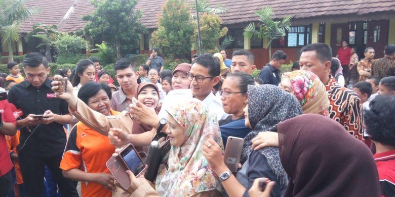 Wakil Gubernur DKI Jakarta Sandiaga Uno berselfe dengan para guru-guru SDsaat datang ke SDN 07 Pagi Cawang, Kramat Jati, Jakarta Timur, Rabu (18/10/2017) pagi.
