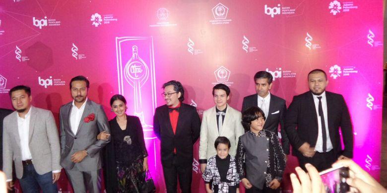 Para pemain dan kru film Pengabdi Setan melewati karpet merah Festival Film Indonesia (FFI) 2017 yang digelar di Grand Kawanua International City, Manado, Sulawesi Utara, Sabtu (11/11/2017) malam