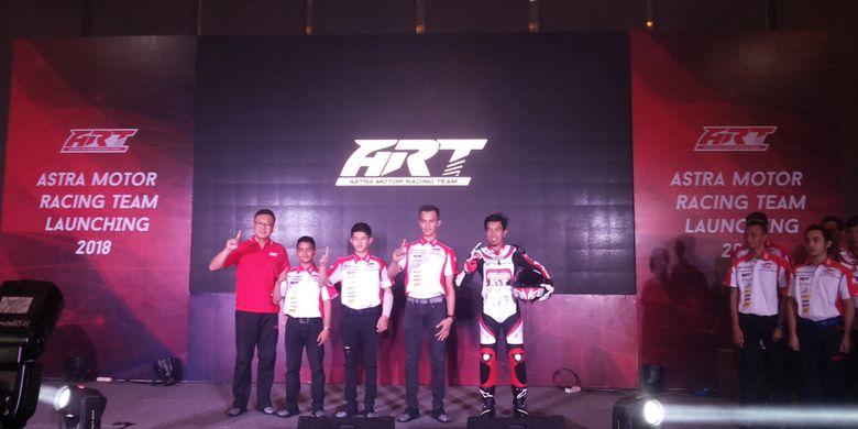 Para pebalap tim Astra Motor Racing Team (ART)  Kalimantan Barat formasi 2018 saat acara perkenalan di Jakarta, Selasa (13/3/2018).
