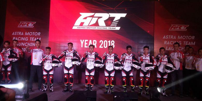 Para pebalap tim Astra Motor Racing Team (ART)  Yogyakarta formasi 2018 saat acara perkenalan di Jakarta, Selasa (13/3/2018).