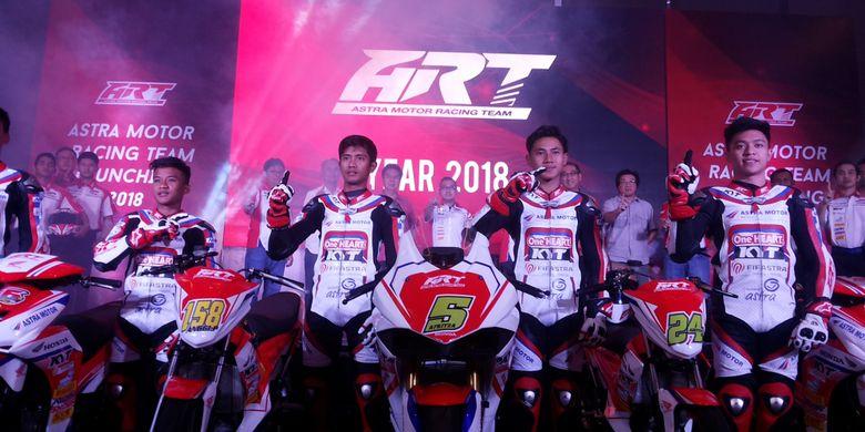 Para pebalap muda belia yang dimiliki Astra Racing Team (ART) 2018 saat acara peluncuran di Jakarta, Selasa (13/3/2018). Mereka semua masih berusia di bawah 17 tahun.