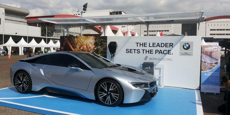 Prototype garasi khusus yang diperkenalkan BMW Group Indonesia di hari kedua ajang International Motor Show (IIMS), di JIExpo Kemayoran, Jakarta, Jumat (20/4/2018). Garasi khusus ini dapat menghasilkan listrik memanfaatkan sinar matahari.
