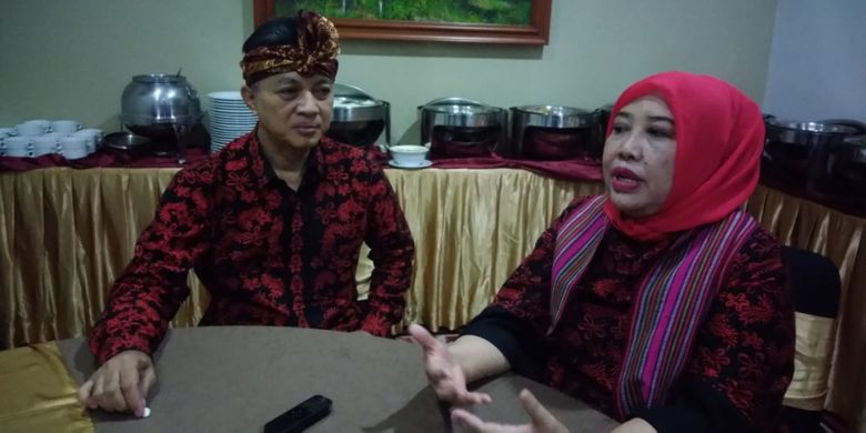 Sekretaris Jenderal  Kementerian Pekerjaan Umum dan Perumahan Rakyat (PUPR) Anita Firmanti (kanan), dan Ketua Komite Nasional Indonesia untuk Bendungan Besar (KNI-BB) Hari Suprayogi (kiri) setelah memberikan kata sambutan dalam Semi   nar Bendungan Besar Nasional di Lombok, Nusa Tenggara Barat, Jumat (25/5/2018).