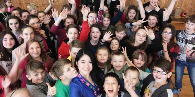 Gwyneth Evelyn (di posisi depan tengah) berfoto bersama anak-anak sekolah di Republik Ceko saat mengikuti proyek AIESEC dari Januari - Maret tahun 2017