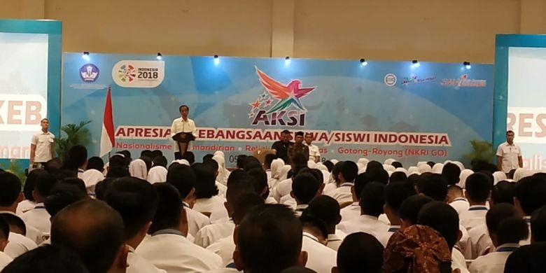 Presiden Joko Widodo didampingi Mendikbud Muhadjir Effendy saat memberikan pengarahan kepada ketua OSIS dan ketua sie kerohanian SMA dan SMK dari seluruh Indonesia dalam acara AKSI (Apresiasi Kebangsaan Siswa/Siswi Indonesia) 2018 di Bogor,10 Oktober 2018.