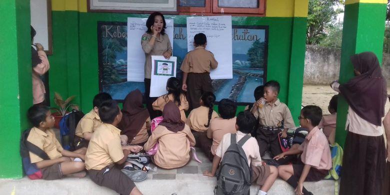 Fasilitator baru yang baru selesai mendapatkan pelatihan, mengimplementasikan materi pembelajaran berbasis literasi di sekolah masing-masing.