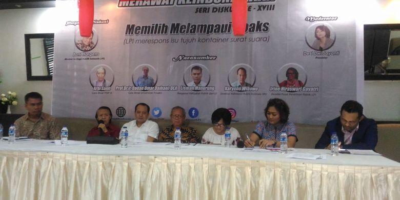 (Kiri-kanan) Lisman Manurung (Pengamat Kebijakan publik UI), Arbi Sanit (Guru besar FISIP UI), Dadan Umar Daihani (guru besar Trisakti), Karyono Wibowo (IPI), Irine Hiraswari Gavatri (LIPI), dan Boni Hargens (LPI) dalam diskusi dengan tema Memilih Melampaui Hoaks di Kuningan, Jakarta Selatan, Jumat (11/1/2019).