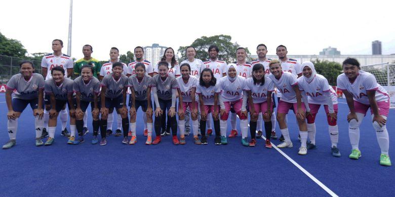Tim pemain legenda sepak bola Indonesia berpose bersama tim AIA Championship For Woman pada pertandingan eksibisi di Lapangan Hoki, Senayan Gelora Bung Karno, Jakarta, Sabtu (12/1/2019). Sejumlah pemain legenda Indonesia seperti, Firman Utina, Hendro Kartiko, Budi Sudarsono, Ponaryo Astaman dan lain-lain akan mewakili Indonesia di Kompetisi regional Bangkok, Thailand bersama dua tim AIA Championship pada maret 2019 mendatang.