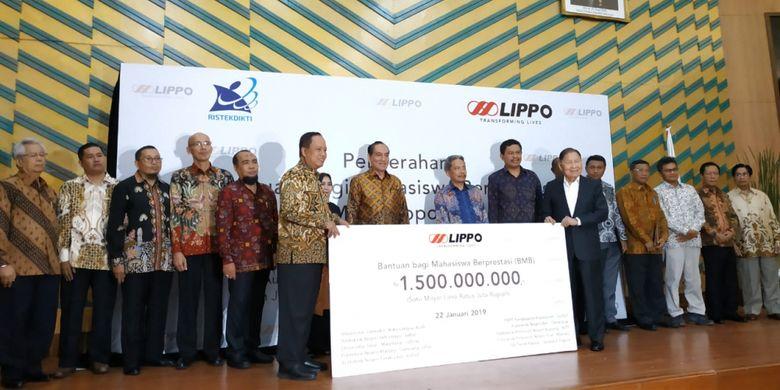 Penyerahan Bantuan bagi Mahasiswa Berprestasi Lippo (BMBL) sebesar Rp 1,5 milyar dilakukan secara simbolis Selasa, 22 Januari 2019 disaksikan pendiri Lippo Group Mochtar Riyadi dan Menteri Riset, Teknologi dan Pendidikan Tinggi (Menristekdikti) Mohamad Nasir, di Gedung Dikti, Jakarta.