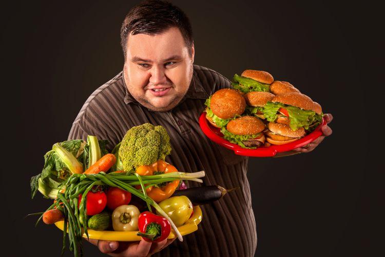 Ilustrasi memilih makan sayur atau junk food
