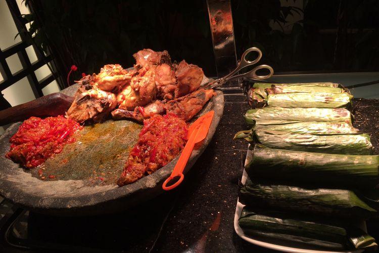 Ayam penyet dan nasi bakar, makanan khas Indonesia yang dihidangkan khusus untuk bulan Ramdhan di SATOO Restoran, Shangri-La, Jakarta, Rabu (18/4/2018).