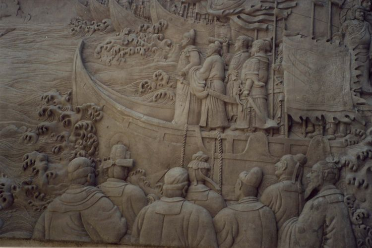 Satu sisi dinding relief yang menggambarkan Laksamana Cheng Ho sedang memimpin keberangkatan armadanya.