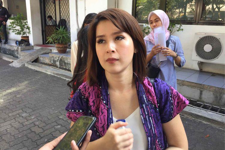 Ketua Umum Partai Solidaritas Indonesia (PSI) Grace Natalie mendatangi kantor Badan Pengawas Pemilu (Bawaslu) DKI Jakarta, di Jakarta Utara. Kedatang Grace guna menghadiri pemanggilan oleh Bawaslu sekaligus mengklarifikasi terkait spanduk  bertema Asian Games 2018 yang mencantumkan logo dan nomot urut PSI serta foto Grace, Kamis (30/8/2018).