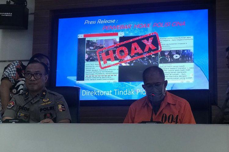 Penyebar berita bohong perihal adanya personel Brimob dari China berinisial SDA saat dihadirkan di Gedung Humas Mabes Polri, Jakarta Selatan, Jumat (24/5/2019).