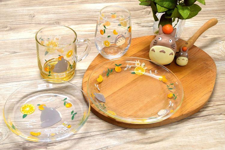 Kamu bisa mengatur gelas dan handuk untuk digunakan sehari-hari yang akan mencerahkan meja makan dan dapur. Ini juga cocok untuk hadiah pada musim panas ini.