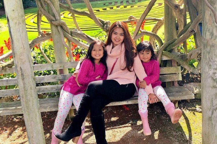 Foto Icha Irawan bersama kedua anaknya.