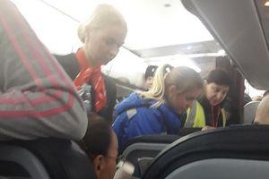 """Pesawat Rusia Mendarat Darurat Setelah Penumpangnya """"Berubah Hijau"""""""