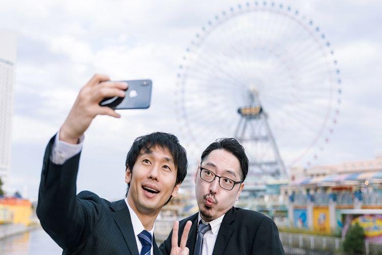 Ilustrasi orang Jepang sedang berwisata.