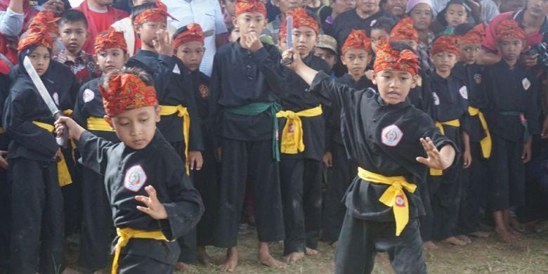 Dua pendekar cikik di tradisi Mencak Sumping di Dusun Mondoluko Banyuwangi