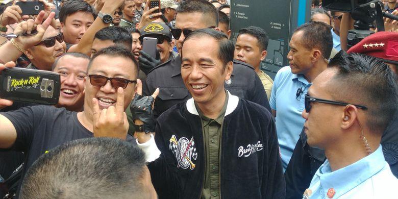 Tampak depan jaket Bubur Ayam Racer yang dipakai Presiden Joko Widodo saat konvoi sepeda motor di Bandung, Minggu (11/11/2018)
