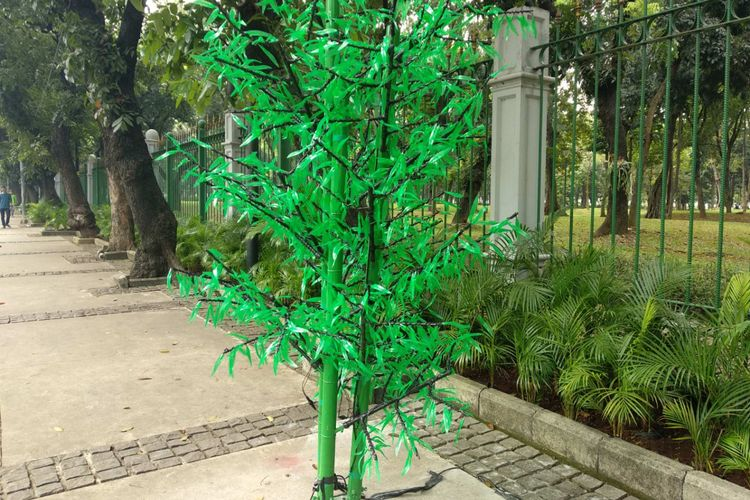 Pohon plastik menyerupai bambu di Jalan Medan Merdeka Barat