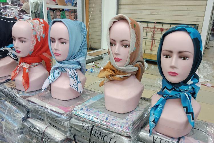 Beberapa contoh hijab segiempat bermotif yang dijual di Thamrin City dan banyak diserbu masyarakat jelang Hari Raya Idul Fitri.
