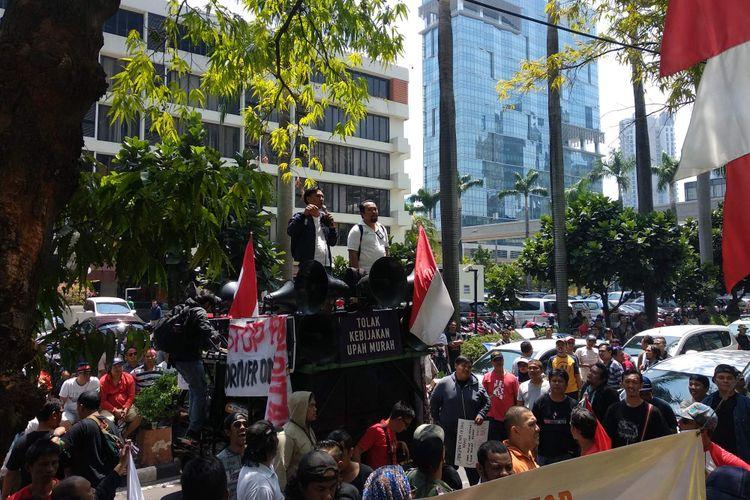 Pengemudi transportasi online yang tergabung di bawah komunitas Gerakan Hantam Aplikasi Nakal (Gerhana) menggelar aksi unjuk rasa di depan Gedung Lippo Kuningan, Jakarta Selatan, Senin (10/9/2018).