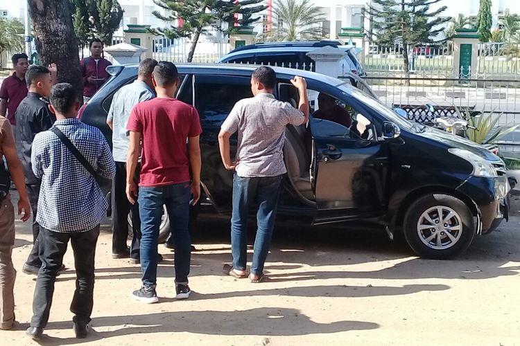 Para tersangka kasus korupsi saat digiring ke mobil tim Kejaksaan untuk dibawa ke Lapas Bima, Jumat (12/10/2018)