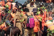 Anies Keruk Sampah Muara Angke dengan Tangan Kosong, Pasukan Oranye Bertepuk Tangan