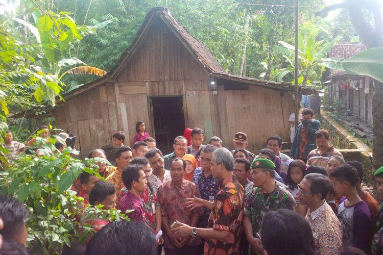 Gubernur Jawa Tengah Ganjar Pranowo mendatangi sejumlah rumah tidak layak huni di Desa Repaking, Kecamatan Wonosegoro, Boyolali, Jawa Tengah.
