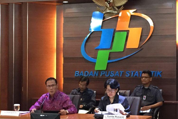 Kepala Badan Pusat Statistik Suhariyanto bersama jajaran menyampaikan rilis data ekspor-impor, perkembangan upah buruh, dan nilai tukar eceran rupiah di kantor pusat BPS, Senin (15/1/2018).