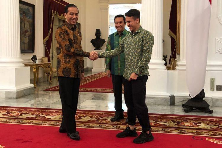 Presiden Joko Widodo, Jumat (23/3/2018) pagi, saat menerima pesepak bola Egy Maulana Vikri di Istana Merdeka, Jakarta.