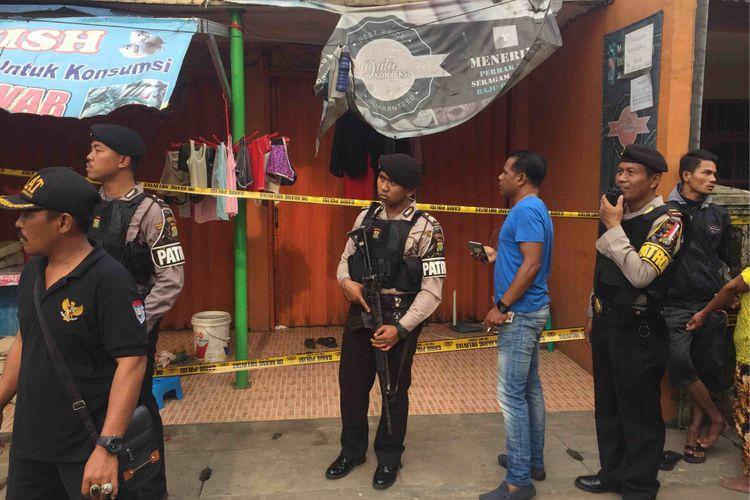 Polisi mengamankan tiga terduga teroris di sebuah rumah yang berlokasi di Jalan Gempol Raya RT 004 RW 002 Keurahan Kunciran Induk Kecamatan Pinang Kota Tangerang, Rabu (16/5/2018).