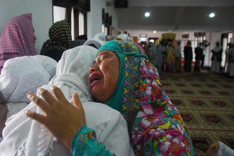 Seorang jemaah tarekat Naqsyabandiyah Al-Kholidiyah menangis saat halal bi halal usai Shalat Ied, di Rumah Ibadah Suluk Darussalam, Kampung Pasir Jawa, Loji, Kecamatan Cigombong, Kabupaten Bogor, Rabu (13/6/2018). Hari ini jemaah tarekat Naqsyabandiyah Al-Kholidiyah melaksanakan ibadah Shalat Ied setelah genap berpuasa selama 30 hari berdasarkan metode Hisab Qomariyah yang diyakininya.