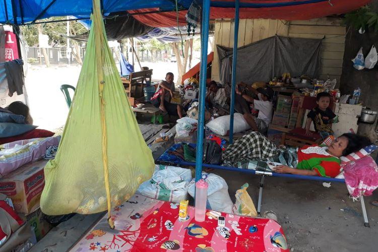 Kondisi pengungsian di depan Meseum Negeri Sulawesi Tengah. Sebagian wanita di lokasi ini mengalami luka-luka.