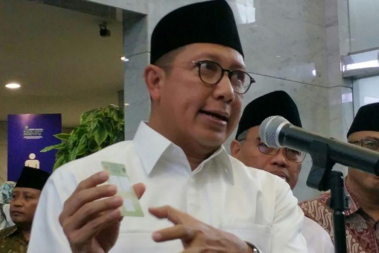 Menteri Agama Lukman Hakim memperlihatkan sampel kartu nikah