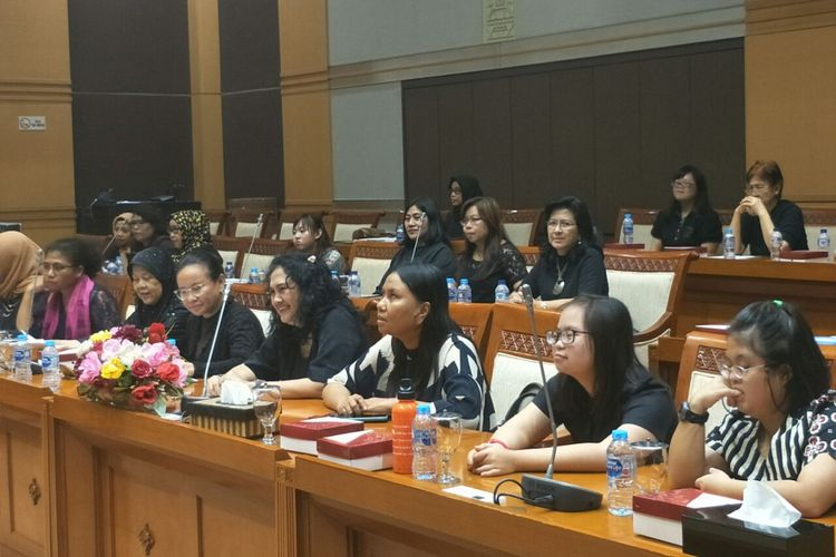 Berbagai organisasi penyandang disabilitas memberikan dukungan mereka kepada Komisi VIII DPR untuk menyelesaikan Rancangan Undang-Undang Penghapusan Kekerasan Seksual di Kompleks Parlemen Senayan, Jumat (8/3/2019).
