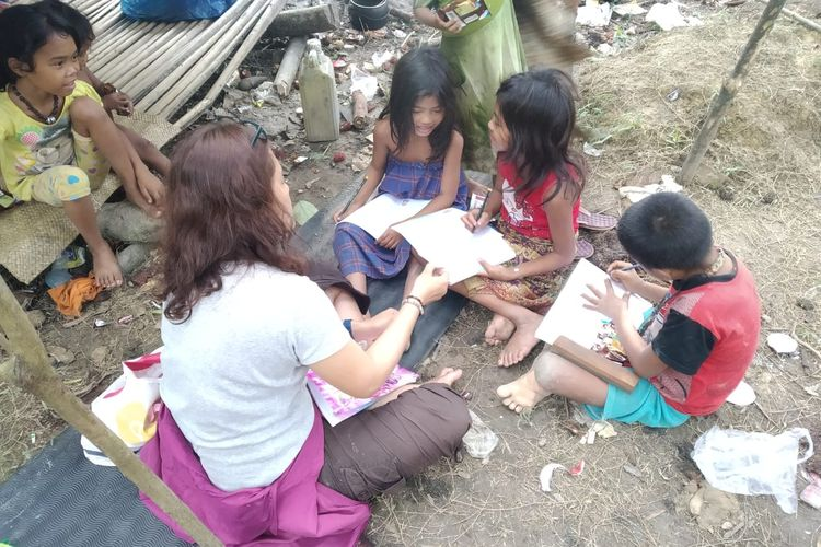 Anak-anak rimba sangat antusias belajar dengan guru rimba, Yohana Marpaung.