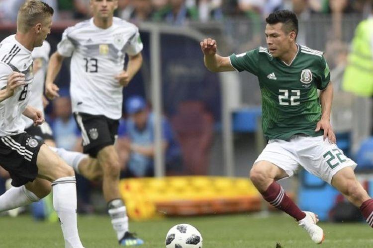 Toni Kroos Mencoba Menahan Pergerakan Hirving Lozano Pada Laga Piala Dunia  Jerman Vs Meksiko