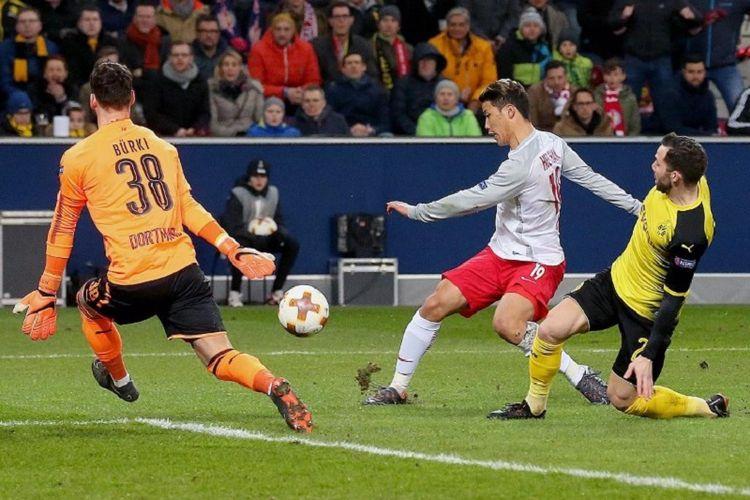 Penyerang Salzburg asal Korea Selatan, Hwang Hee-chan, masih sempat melepas tendangan ke arah gawang Borussia Dortmund yang dijaga Roman Buerki kendati dapat pengawalan dari Gonzalo Castro pada laga babak 16 besar Liga Europa, Kamis (16/3/2018).
