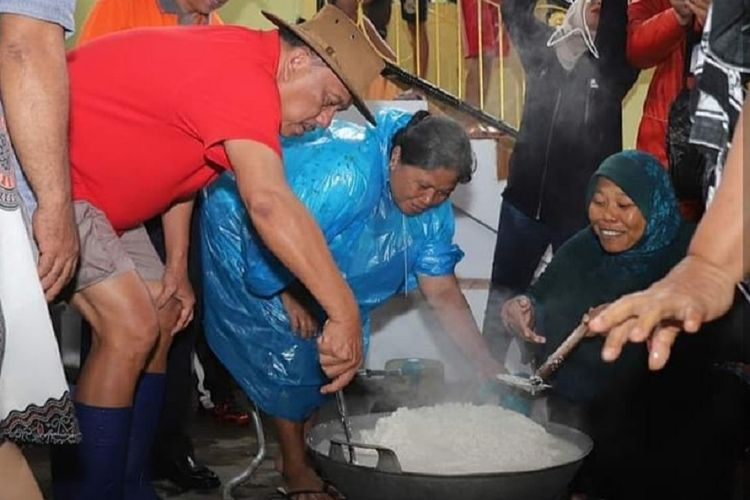 Gubernur Sulawesi Utara Olly Dondokambey terjun langsung ke dapur umum di pengungsian warga Kota Manado yang kebanjiran, Jumat (1/2/2019)