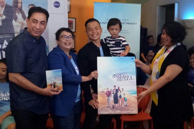 (Kiri ke kanan) Chand Parwez, Ika Natassa dan Ernest Prakasa saat penyerahan simbolis novel Susah Sinyal dari penerbit di Hong Kong Kafe, Menteng, Jakarta Pusat, Selasa (9/1/2018).
