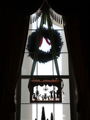 Dekorasi jendela pada Green Room Gedung Putih, Washington DC.