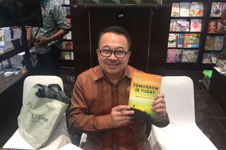 Rhenald Kasali pada Launching buku Tomorrow is Today di Periplus, Pondok Indah Mall Rabu (08/11/2017)