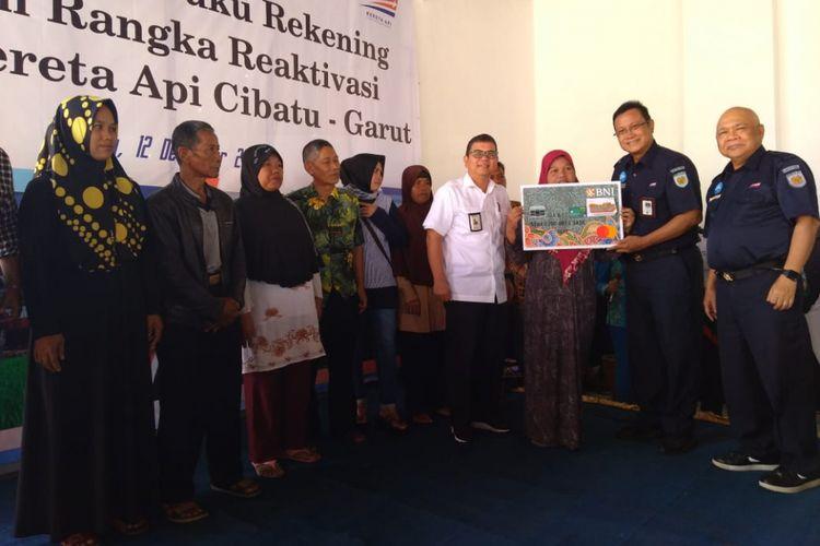 Warga terdampak reaktivasi menerima dana pembongkaran. Sebanyak 1.077 bangunan terkena dampak reaktivasi jalur kereta Cibatu-Garut-Ciakajang.