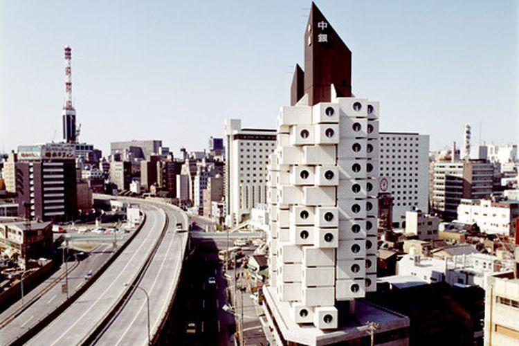 Nagakin Capsule Tower, hotel kapsul pertama di Jepang yang kini menjadi bangunan monumental.