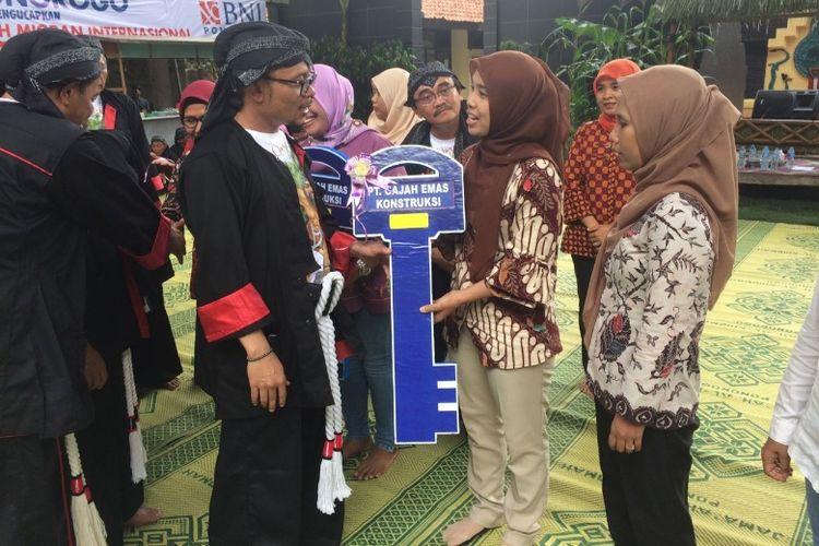 Menteri Ketenagakerjaan Muhammad Hanif Dhakiri menyerahkan kunci rumah secara simbolis kepada TKI di Ponorogo, Senin (18/12/2017).