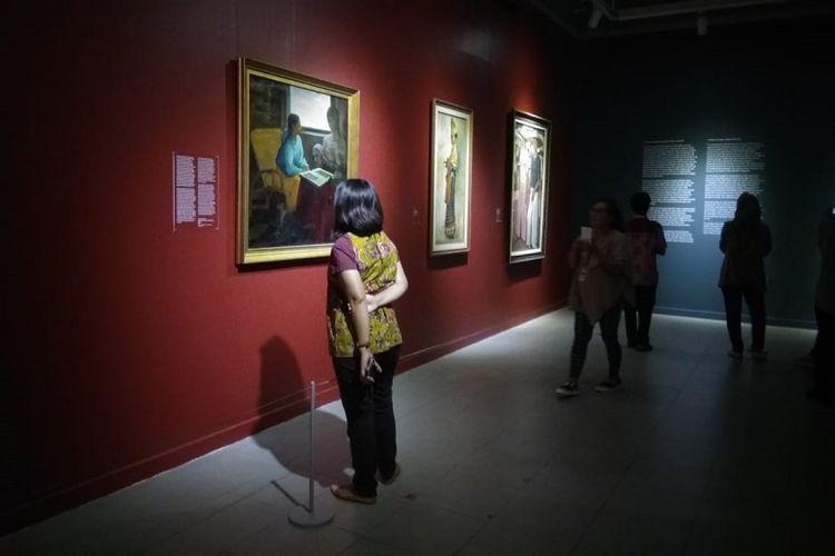 Pengunjung menyaksikan Pameran Koleksi Seni Istana Negara RI di Galeri Nasional Indonesia, Jakarta.