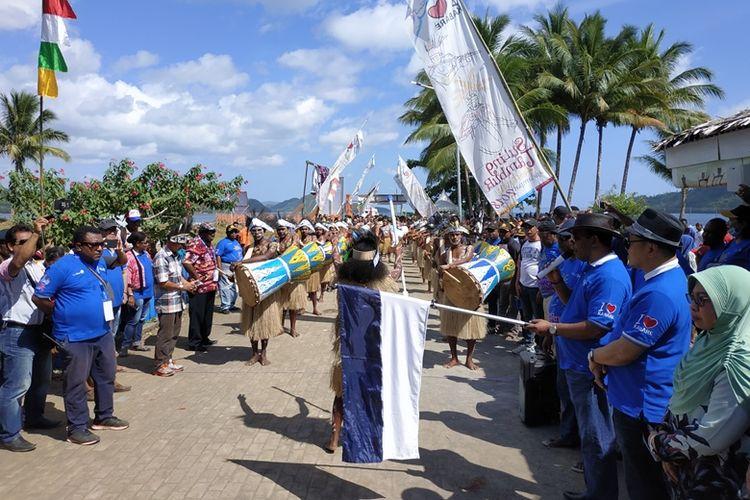 Bupati Raja Ampat Abdul Faris Umlati bersiap melepas peserta pertama pada Festival Suling Tambur di Kampung Kabare, Distrik Waigeo Utara, Raja Ampat, Selasa (25/9/2018).